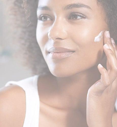 Refrescá tu piel tras un día largo con esta rutina anti-edad